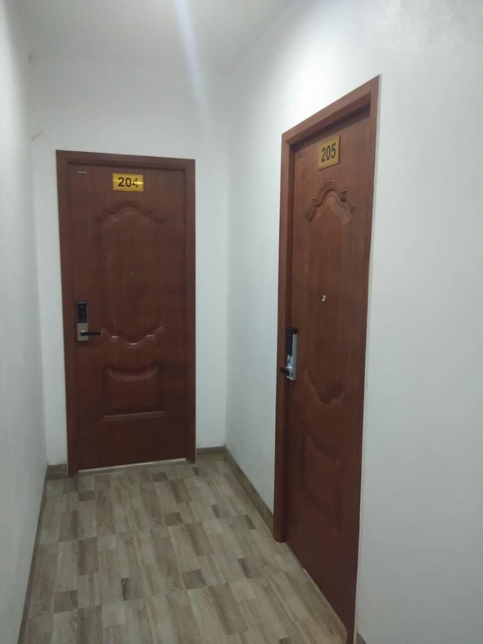 Lắp cửa sắt giả gỗ Galaxy cho chung cư